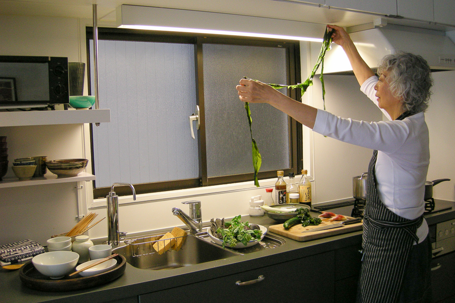 Kunkiko Ibayashi Changchien  prepares seaweed at home in Tokyo.